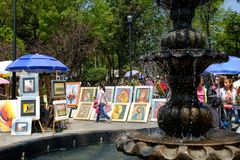 O bazar famoso de sábado na vizinhança do anjo de San em Cidade do México fotos de stock