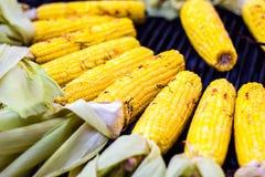O BBQ delicioso do close up grelhou a espiga de milho mexicana, fundo vegetal do alimento Barbecued roasted no fogão quente s sab imagem de stock