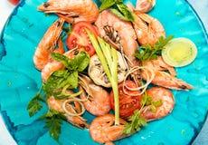 O BBQ grelhou camarões no serviço da bandeja fritada com tomate de cereja, bas Imagem de Stock