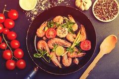 O BBQ grelhou camarões no serviço da bandeja fritada com tomate de cereja, bas Fotografia de Stock Royalty Free