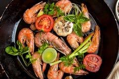 O BBQ grelhou camarões no serviço da bandeja fritada com tomate de cereja, bas Fotos de Stock