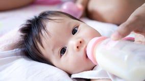 O bebé é leite bebendo Imagem de Stock