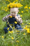 O bebé com a grinalda das flores fotos de stock royalty free