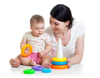 O bebé e a matriz jogam junto com o brinquedo Imagem de Stock