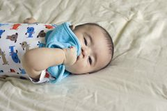 O bebé latino-americano bonito feliz joga o peekaboo Imagem de Stock Royalty Free
