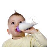 O bebê é leite bebendo Fotografia de Stock