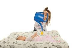 O bebê é molhado por sua irmã para crescer Imagem de Stock