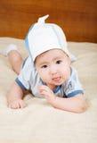 O bebê aprende rastejar Fotos de Stock Royalty Free