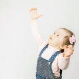 O bebê ativo puxa para cima suas mãos Imagens de Stock Royalty Free