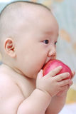 O bebê bonito come a maçã foto de stock royalty free