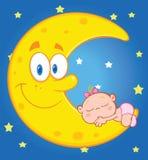 O bebê bonito dorme na lua de sorriso sobre o céu azul com estrelas Imagens de Stock