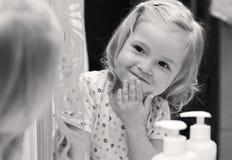 O bebê bonito lava sua cara Imagem de Stock Royalty Free
