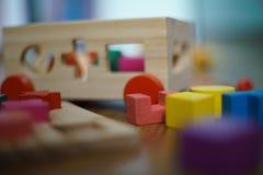 O bebê brinca os blocos de madeira do enigma Fotografia de Stock