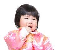 O bebê chinês suga o dedo na boca imagens de stock