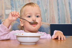 O bebê come com colher Imagens de Stock Royalty Free