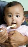 O bebê come o papa de aveia Imagens de Stock