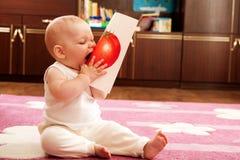 O bebê come o tomate Foto de Stock Royalty Free