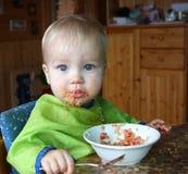 O bebê come o quinoa com vegetais Imagens de Stock