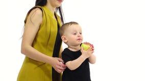 O bebê come uma maçã, ele gosta d Fundo branco Movimento lento filme