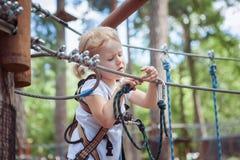 O bebê corre um curso de obstáculo fotografia de stock royalty free