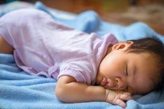 o bebê de 1 meses estava dormindo Fotografia de Stock