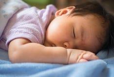 o bebê de 1 meses estava dormindo Fotografia de Stock Royalty Free