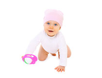 O bebê de sorriso bonito com brinquedo rasteja no fundo branco Imagens de Stock Royalty Free