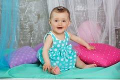 O bebê de sorriso está vestindo o vestido azul Fotografia de Stock