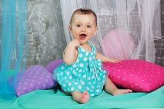 O bebê de sorriso está vestindo o vestido azul Fotos de Stock