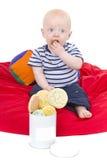 O bebê do rapaz pequeno aprecia comer o bolinho Fotografia de Stock