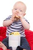 O bebê do rapaz pequeno aprecia comer o bolinho Imagem de Stock Royalty Free