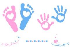 O bebê e os pés e a mão gêmeos do menino imprimem o cartão de chegada Fotografia de Stock