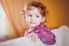 O bebê em um vestido vermelho imagens de stock