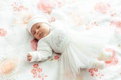 O bebê encontra-se na cama fotos de stock royalty free