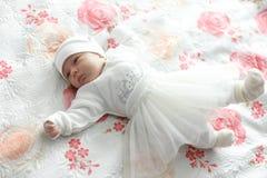O bebê encontra-se na cama imagem de stock royalty free