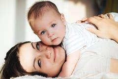 O bebê encontra-se na mãe Foto de Stock