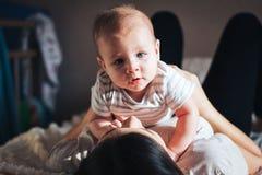 O bebê encontra-se na mãe Fotografia de Stock Royalty Free