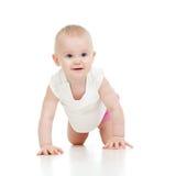 O bebê engraçado de rastejamento vai para baixo em todos os fours Fotografia de Stock