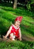 O bebê está andando no parque Imagens de Stock