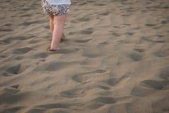 O bebê está correndo na areia imagens de stock