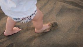 O bebê está correndo na areia fotografia de stock royalty free