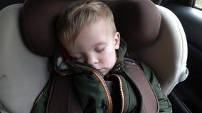O bebê está dormindo no carro na maneira video estoque