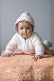 O bebê está encontrando-se na toalha de banho imagem de stock