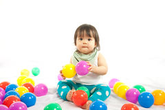 O bebê está jogando a bola Fotos de Stock