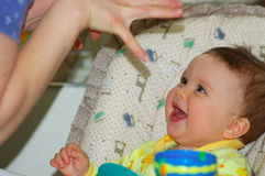 O bebê está jogando com sua mamã Imagem de Stock Royalty Free