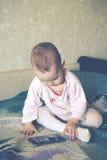 O bebê está jogando com um smartphone Fotos de Stock