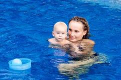 O bebê está tentando nadar Foto de Stock