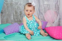 O bebê está vestindo o vestido azul Imagens de Stock