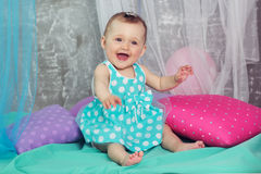 O bebê feliz de sorriso está vestindo o vestido azul Fotografia de Stock Royalty Free