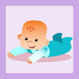 O bebê feliz está encontrando-se em seu estômago que tenta rastejar Fotografia de Stock